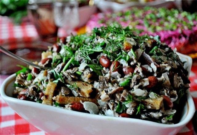 Салат с фасолью, опятами и сухариками