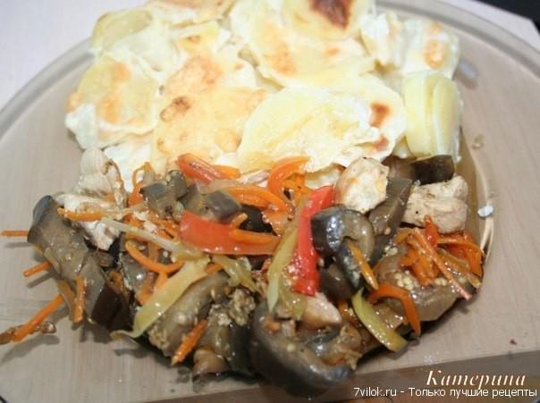 Баклажаны жаренные с овощами и куриной грудкой